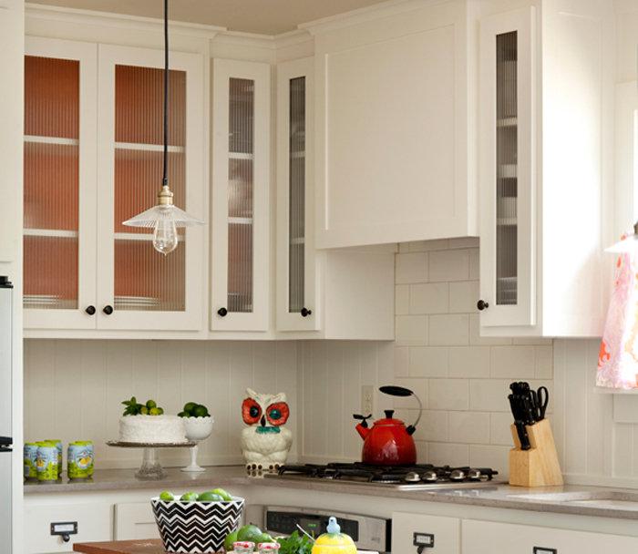 Дизайн интерьера уютной маленькой кухни в белой гамме