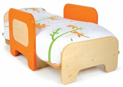 Детская кровать с защитными бортиками