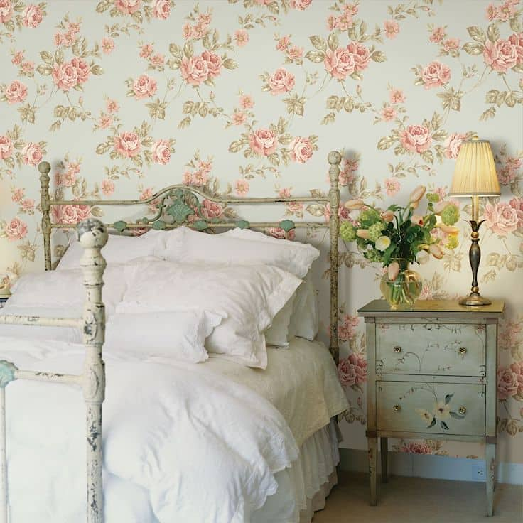 Бумажные обои с цветами будут выигрышно смотреться на фоне винтажной мебели