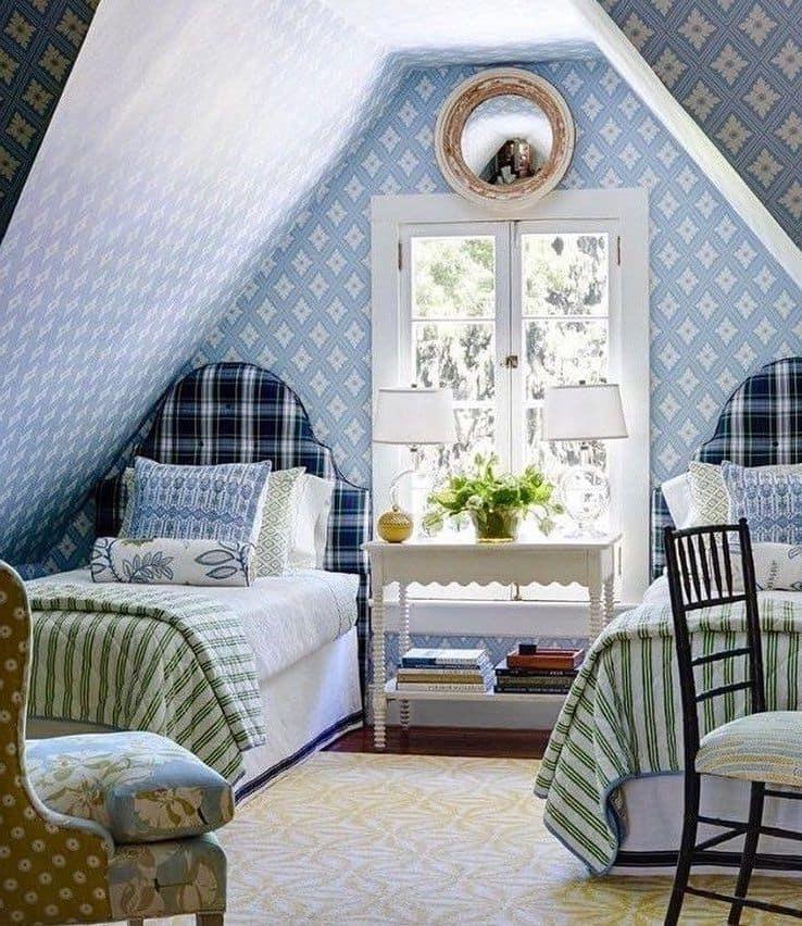 Спальня на мансардном этаже в нежно-голубых тонах