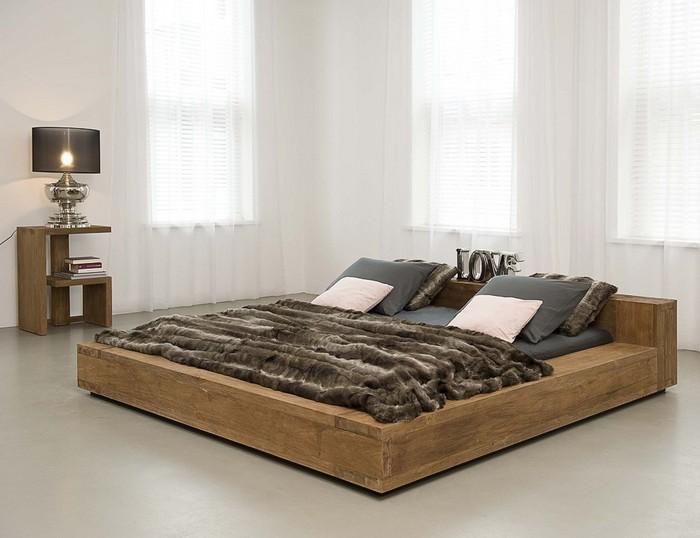 Деревянная кровать в интерьере светлой комнаты