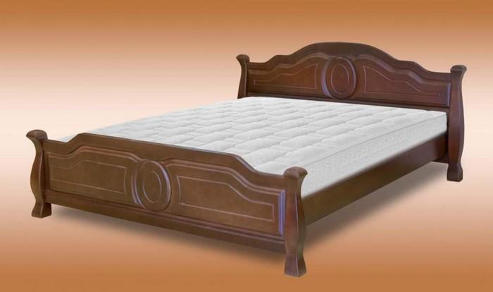 Классическая кровать из дерева с матрацем