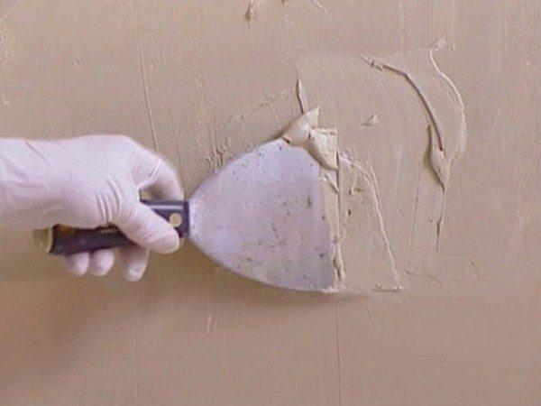 Процесс нанесения штукатурки на стену