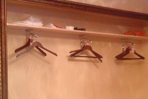 Поперечное размещение штанг для вешалок в шкафу-купе, фото