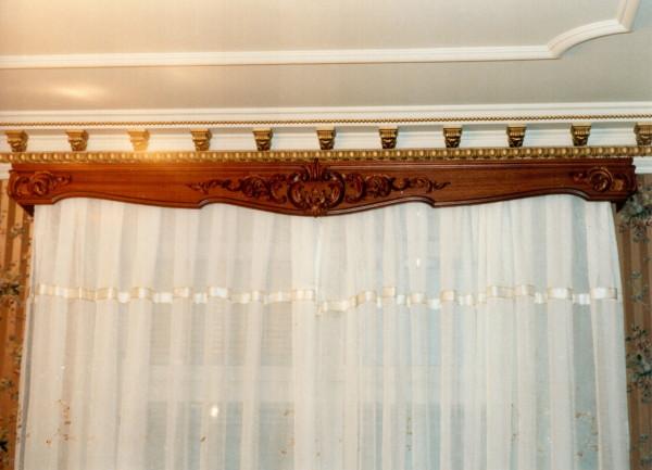 На фото: массивная резная деревянная модель