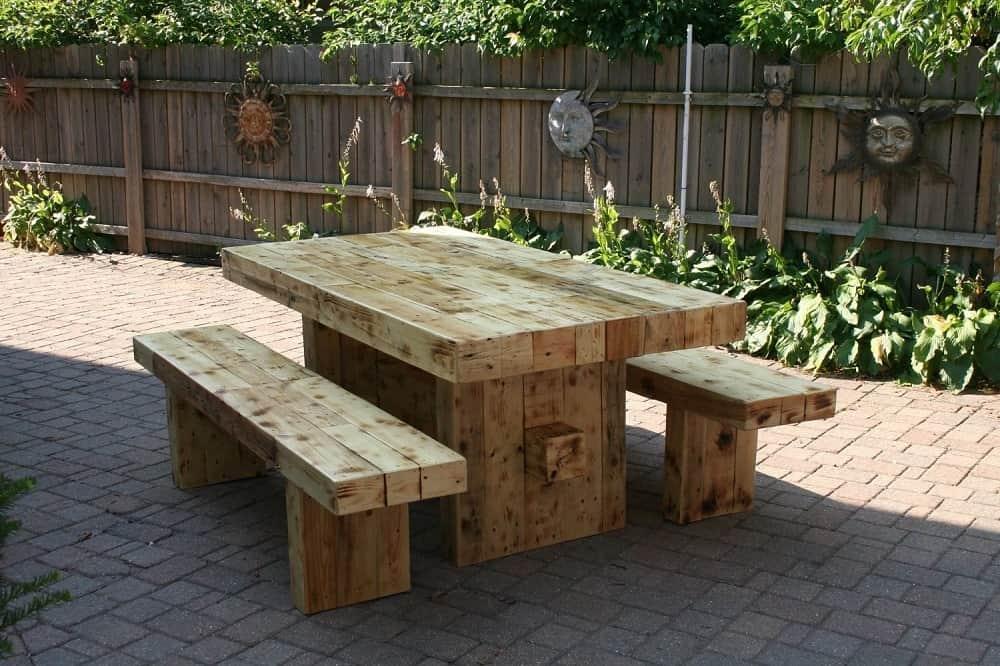 Необычный вид обожженной древесины придает мебели из массива особый шарм