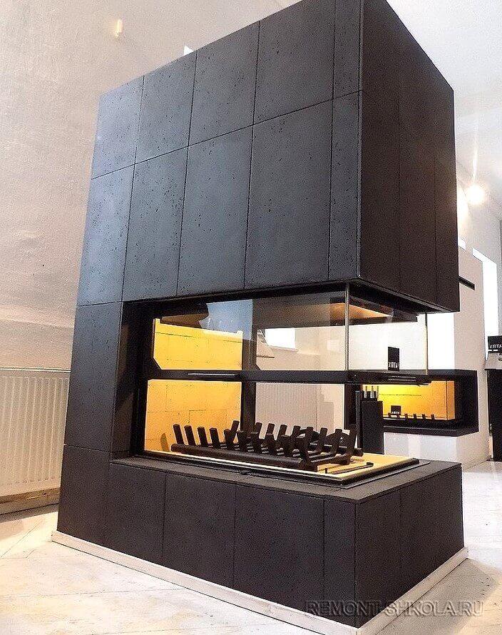 Камин в отделке из чёрного бетона