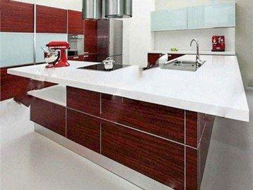 Белая столешница из кварцевого агломерата на минималистичную кухню