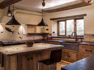 Кухонная столешница из темного кварцевого агломерата
