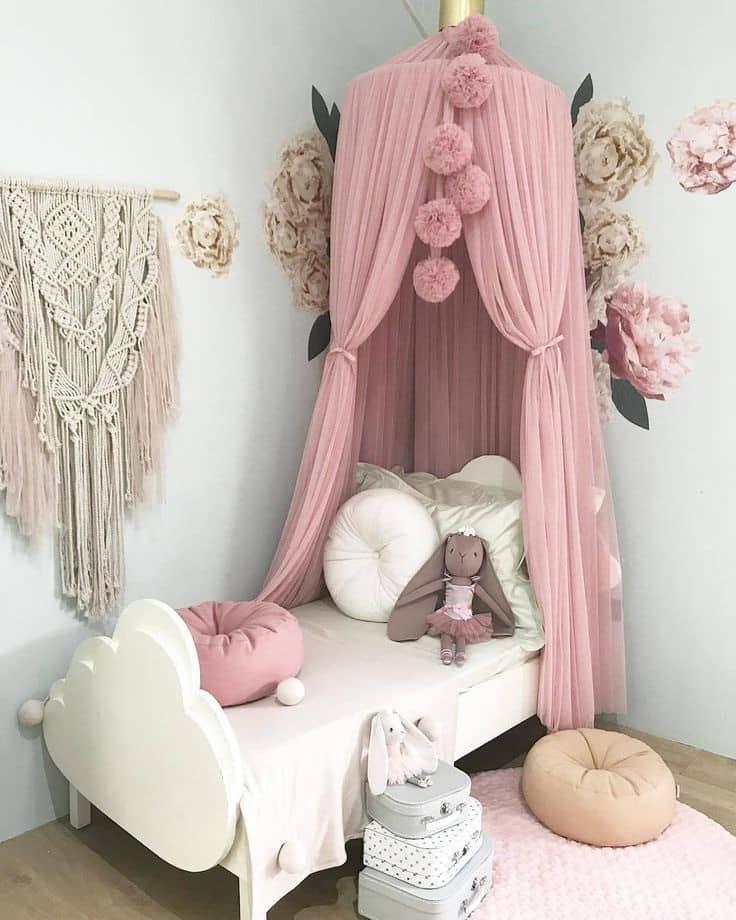 Настенные аппликации в виде цветов станут прекрасным дополнением интерьера маленькой принцессы