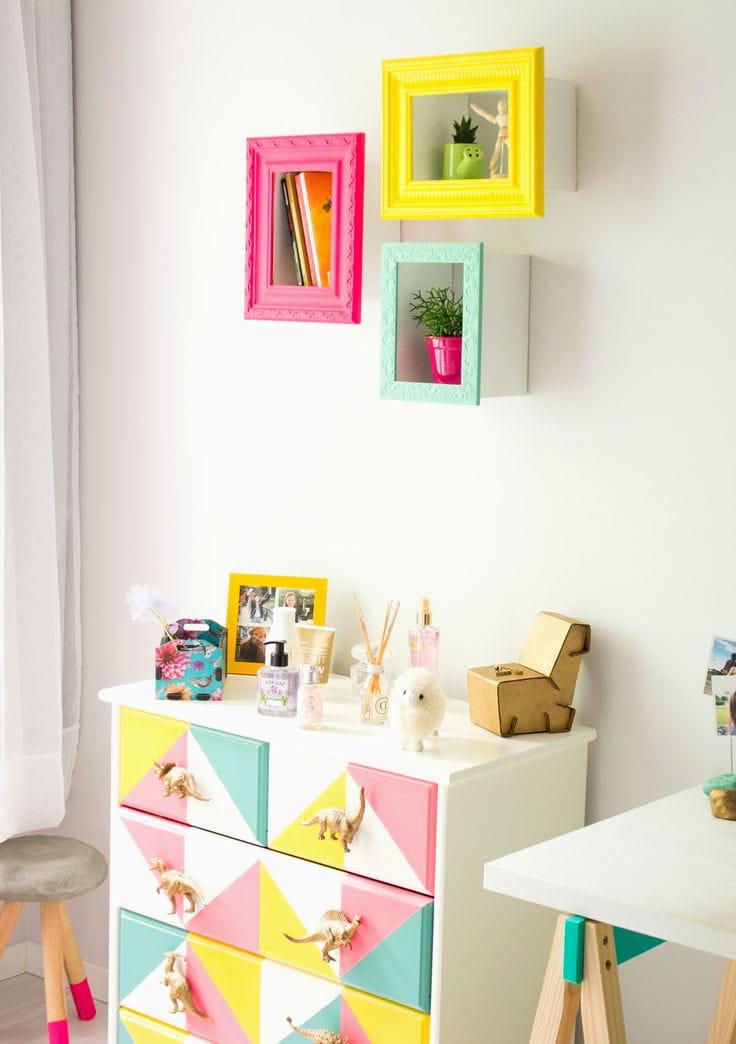 Разноцветный шкаф для хранения игрушек выглядит эффектно на фоне белой стены