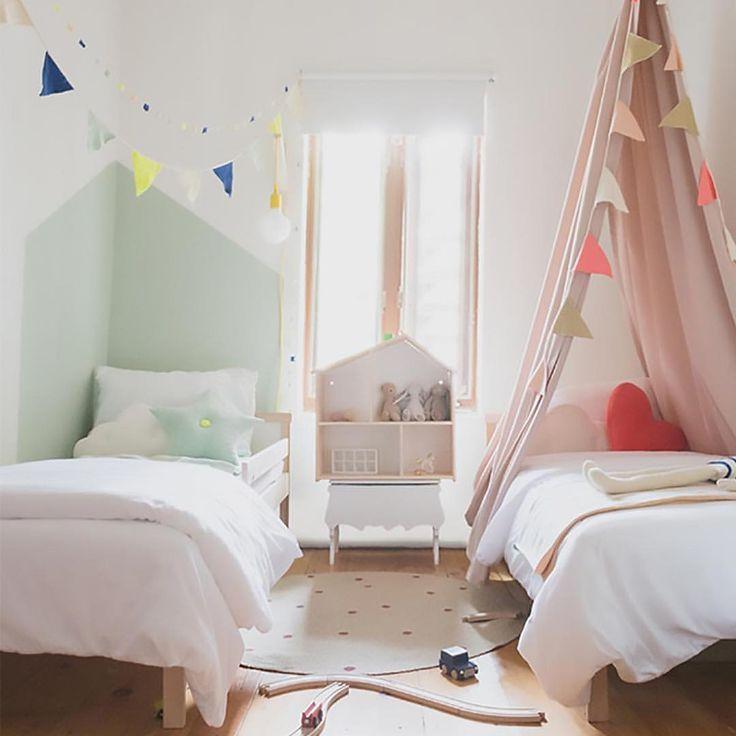 Маленькая детская комната для двоих детей с минимальным набором мебели