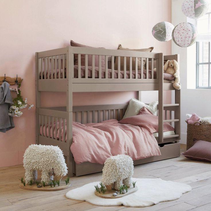 Двухъярусная кровать - оптимальный вариант для детской комнаты небольших размеров