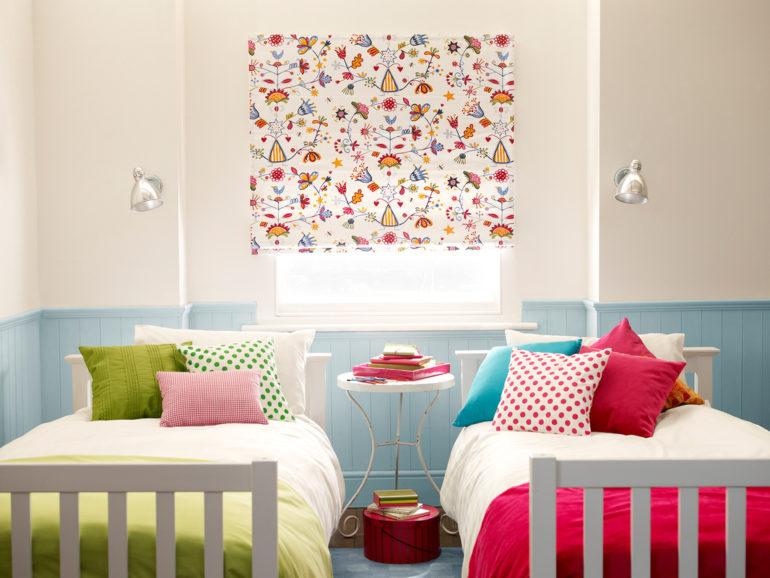 Классические или открытые ролеты с рисунком подарят детской комнате хорошее настроение и разнообразят повседневную обстановку