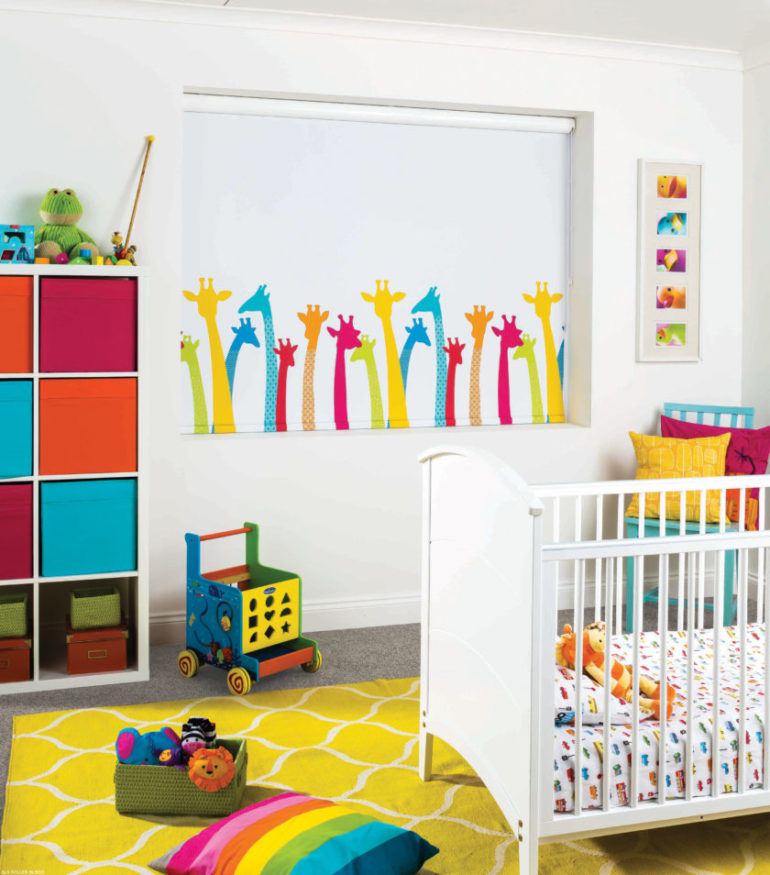 Белое полотно с ярким принтом стильно украсят детскую комнату