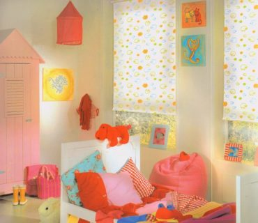 оранжевая собачка на кровате