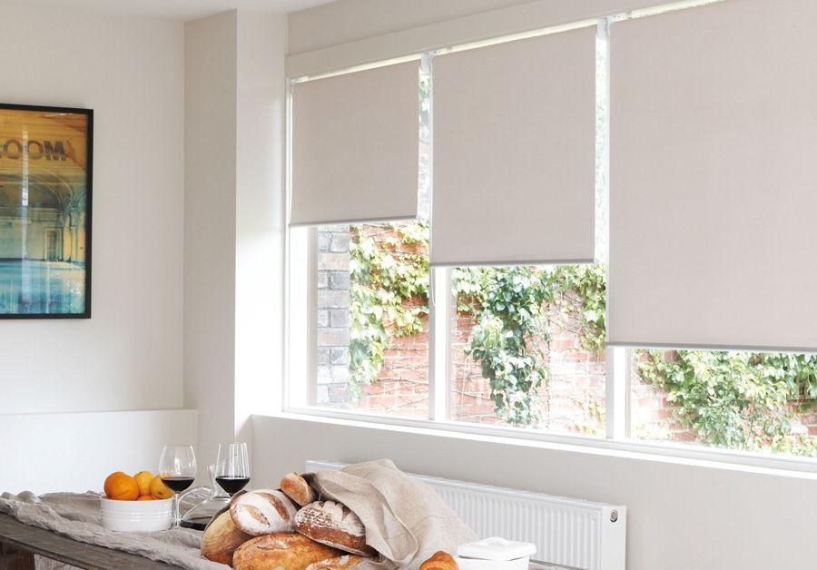 Рулонные шторы будут смотреться эффектно даже в простом белом варианте