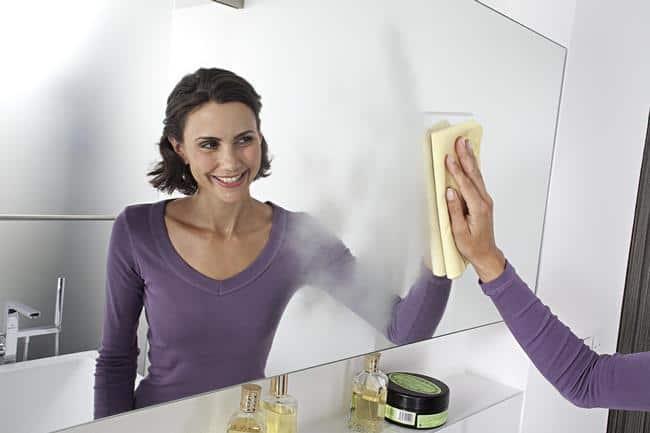 В начале смойте грязь шампунем