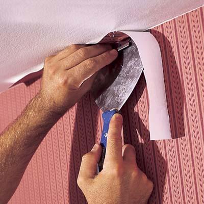 Отрезая излишки обоев, защищайте поверхность потолка