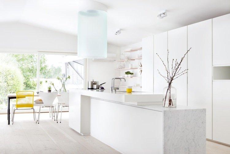 Особенно эффектно белая мебель смотрится при хорошем освещении кухни