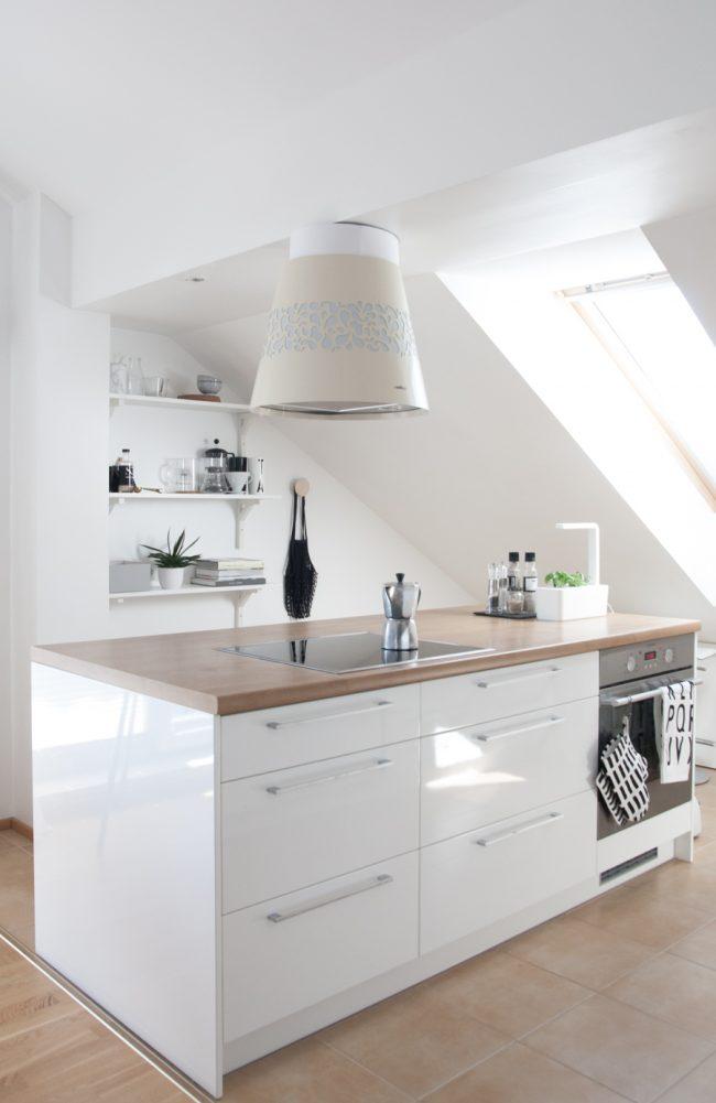 Белую кухня можно уютно разместить даже на небольшой площади