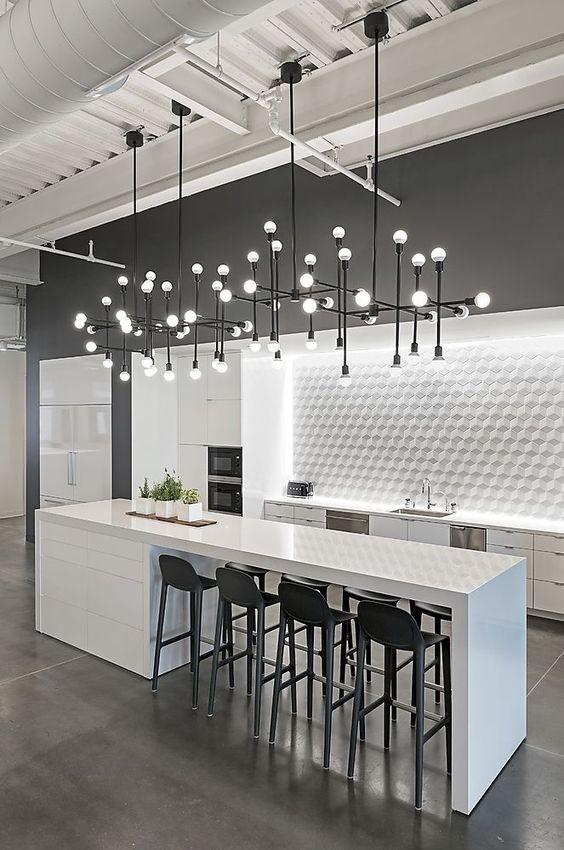Кухня с большой площадью должна иметь хорошее освещение