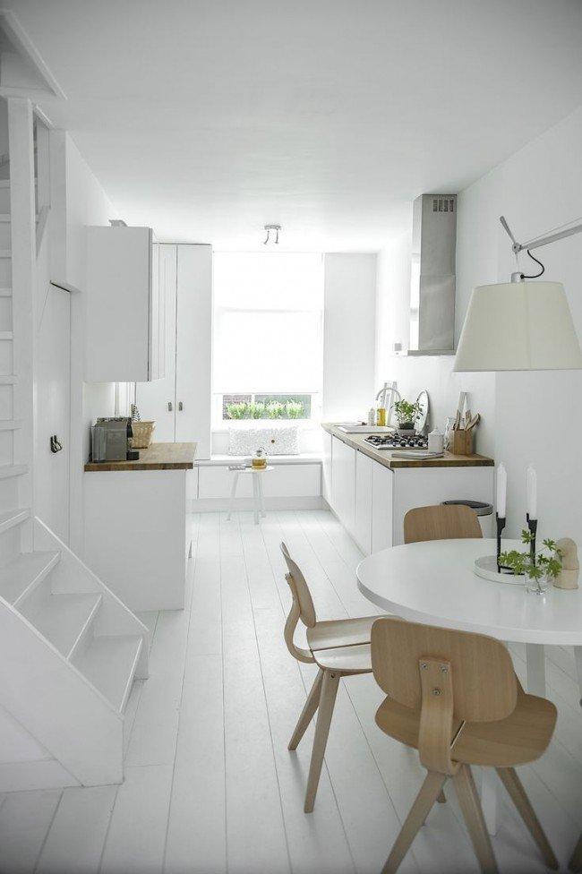 Столешница и стулья в цвет светлого клена разбавит белый интерьер