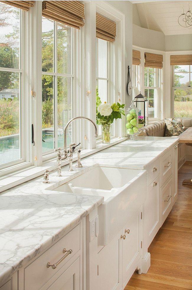 Обустроив кухню напротив окна, готовя ужин можно полюбоваться пейзажем