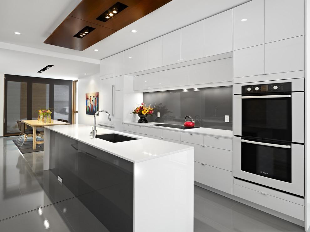 Современная белая глянцевая кухня