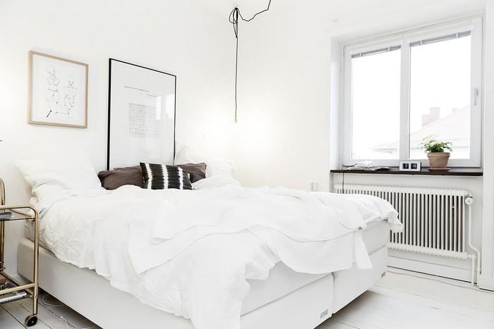 Белоснежная кровать в интерьере спальни