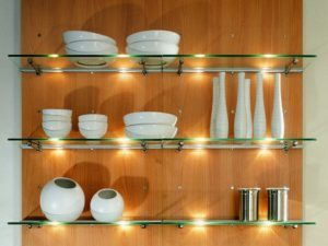 стеклянные полки в кухне