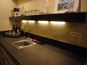 фото полочки с подсветкой в кухню