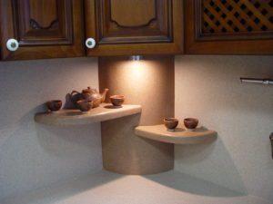полки из камня в кухню