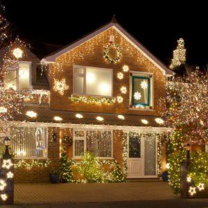 Как украсить деревянный дом на Новый год 2019.