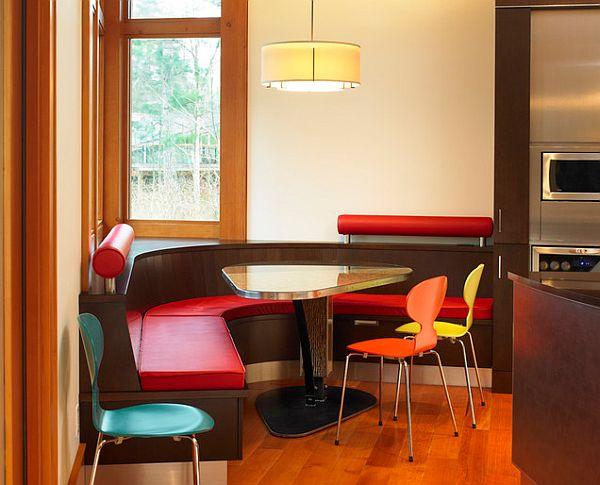 Красочный мягкий уголок в эклектичном интерьере кухне