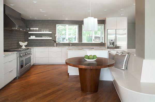 Круглый стол из массива дерева в интерьере кухни