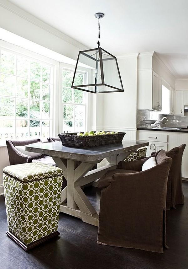 Массивный стол в небольшой столовой