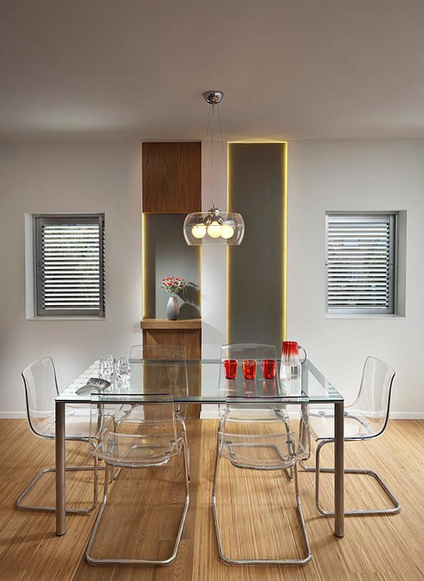 Стеклянный стол и акриловые стулья в современной столовой