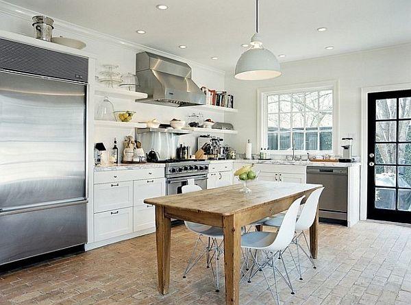 Деревянный обеденный стол в кухне
