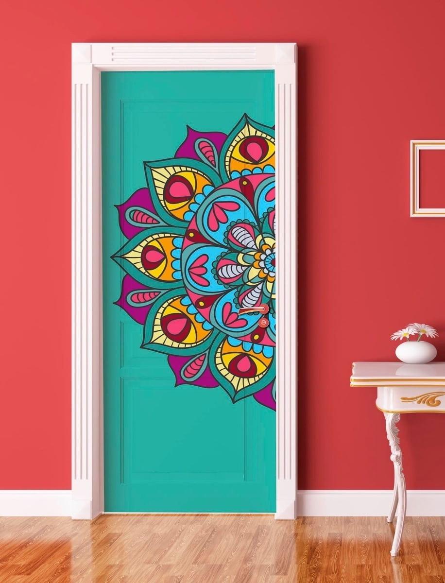 Найти применение своим творческим способностям можно не только на поверхности стен. К примеру умелые руки мастера с помощью кисти и красок могут легко выполнить декор межкомнатных дверей