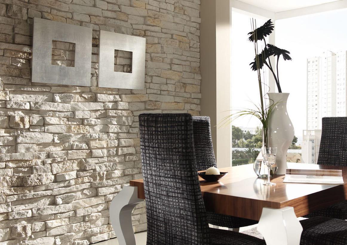 Применение искусственного камня в интерьере любого помещения, создаёт потрясающий эффект ручной обработки стен