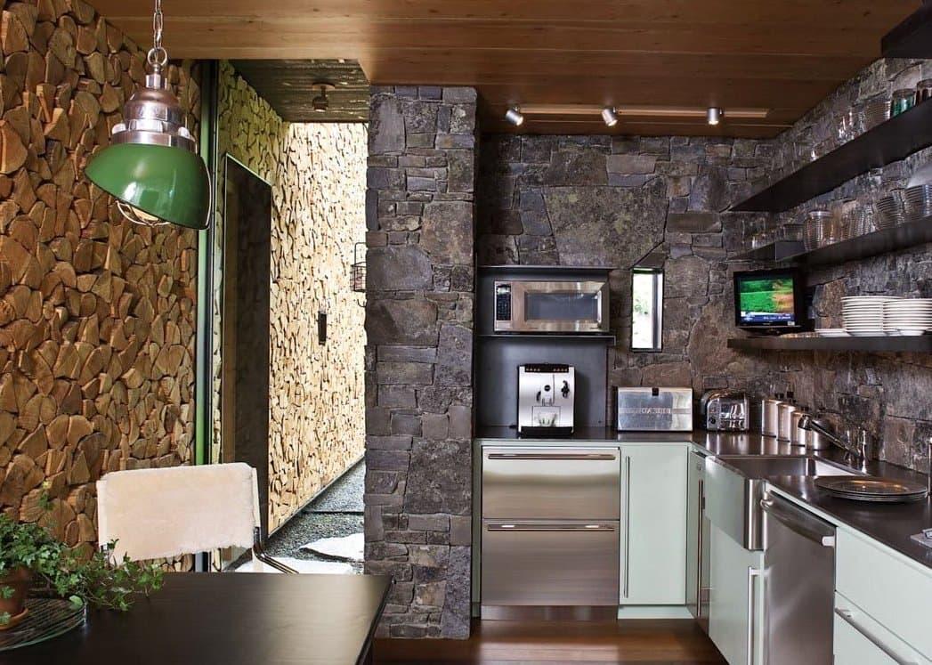Используя натуральный камень вы можете красиво и со вкусом оформить любую стену в доме