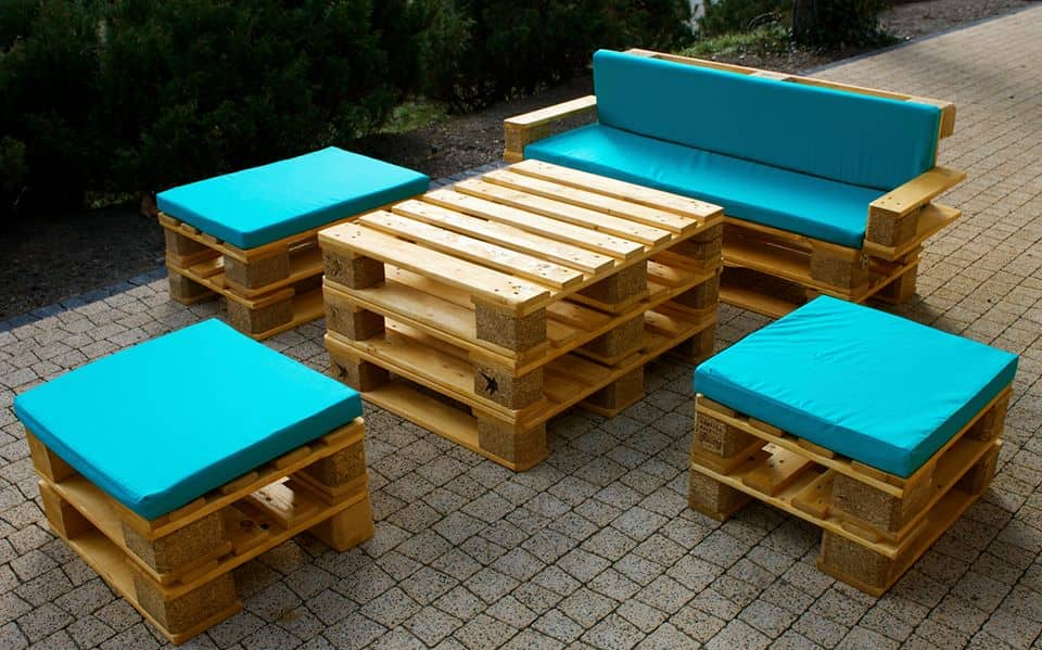 Украсив деревянные поддоны яркими подушками вы освежите их скучный дизайн