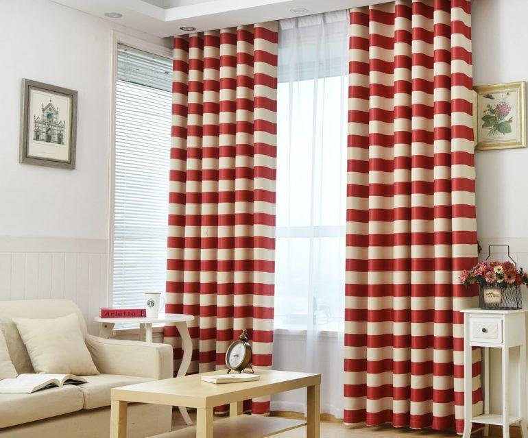 На фото шторы в горизонтальную бело-красную полосу являются главным акцентом в светлом интерьере