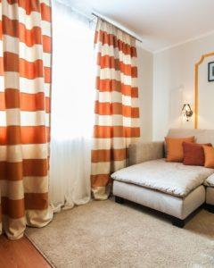 Нарисованная оранжевая рамка на белой стене