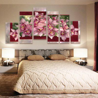 Панно цветов над кроватью