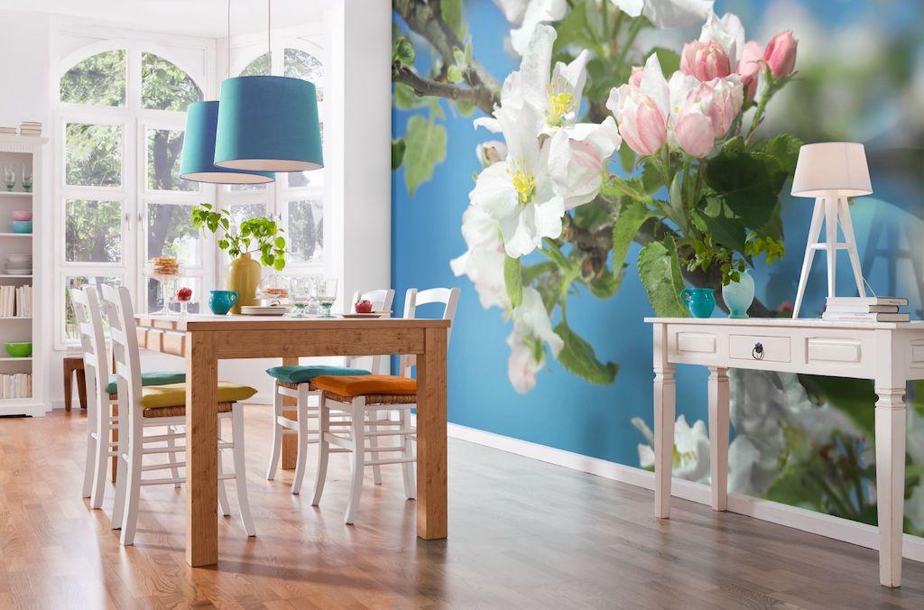 Яркие обои на стене - лучший способ уйти от простоты интерьера