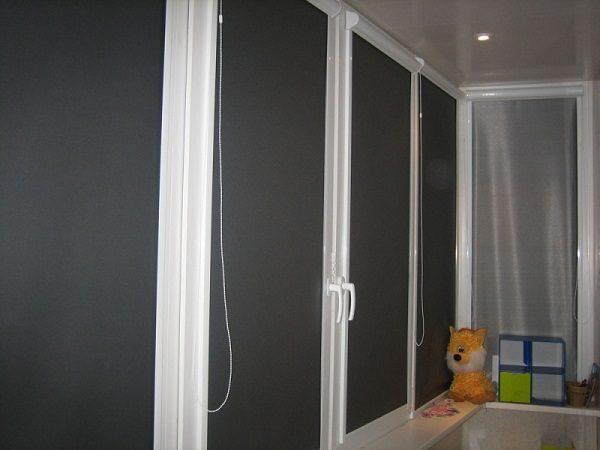 черные рулонные шторы на балконе