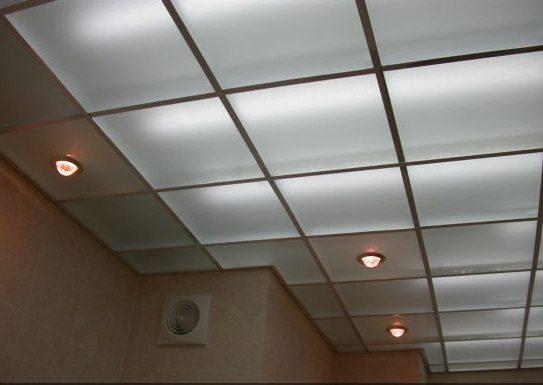 Совмещенный с подсветкой потолок