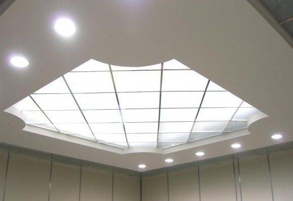 Зеркальный потолок со встроенным освещением